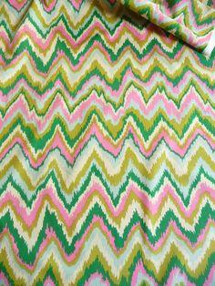 Der Baumwollstoff ist ein amerikanischer Designer Stoff.  Der amerikanische Designer Stoff ist von Alexander Henry entworfen worden.   Das Zacken Muster verläuft quer über den Stoff.  Die Zacken sind unregelmäßig, was den Stoff lebendig macht.Der Baumwollstoff liegt 1,12 m breit . Aus dem Baumwollstoff lassen sich Kleider, Blusen, Röcke, Kinderkleider, Gardinen, Kissen, Tischtücher, Bettwäsche und vieles mehr herstellen.