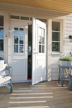 Dubbeldörr. Ljusinsläpp i entré. Double Front Doors, Soothing Colors, Entrance Doors, Windows And Doors, Curb Appeal, New Homes, House Ideas, Outdoor Structures, Architecture