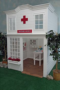 Childrens Playhouse Plans 647885096372980659 - Equipped with eye and skeletal charts and a defibulator, aspiring young physicians can make the right diagnosis with confidence in this outdoor playhouse. Source by yamimimekky Kids Indoor Playhouse, Childrens Playhouse, Build A Playhouse, Backyard Playhouse, Indoor Playground, Kids Bedroom Paint, Casa Kids, Doctor Office, Play Houses