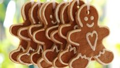 Gingerbread Men for in Christmas trees Gingerbread Icing, Gingerbread Man Cookies, Christmas Gingerbread, Gingerbread Houses, Gingerbread Ornaments, Christmas Goodies, All Things Christmas, Christmas Time, Christmas Recipes