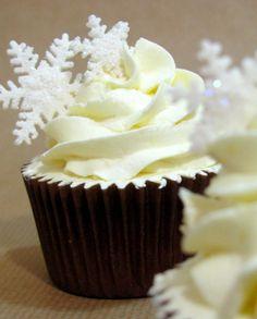 Cupcakes navideños, con copos de nieve Christmas Cupcakes, Royal Icing Cookies, Frozen Party, Xmas, Sweets, Candy, Desserts, Ideas Para, Food