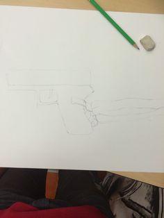 Begin van mij ontwerp in het groot. Deze les had ik het geweer gemaakt en de arm van het skelet.Het ging voor het grootste deel goed maar ik vind dat de botten nog een beetje raar zijn. Volgende les wil ik de botten afmaken en beginnen aan het arceren.