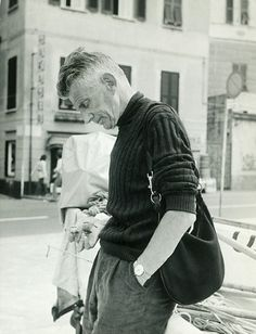 Samuel Beckett in 1971 with his Gucci hobo bag.  (via Telegraph: Ninety Years of Gucci)