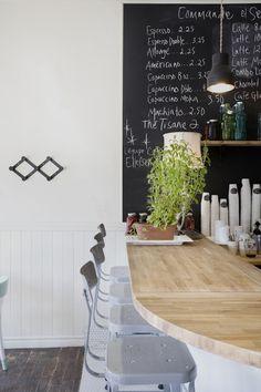 CAFÉ ELLEFSEN, rue Saint-Zotique   Le seul resto scandinave à Montréal. Boulettes norvégiennes et smorebrods à essayer séance tenante.