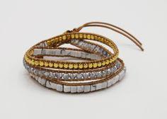 Die im beliebten Marmor-Look gehaltenen Steinchen ergänzen diese Gold/Silber Kombination perfekt. Das Wickelarmband besteht aus echtem Leder und ist in der Grösse variabel. Es passt wunderbar zu jedem sportlich-eleganten Outfit. #Wickelarmband #Armband #tarastyle #schmuck Gold Silber, Elegantes Outfit, Boho, Indian, Bracelets, Leather, Jewelry, Style, Marble
