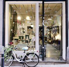 dark frame around bright windows Salon Design, Shop Interior Design, Retail Design, Restaurants, Shopping In Barcelona, Love Cafe, Shop Fronts, Lovely Shop, Store Displays