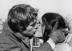 Ali MacGraw and Ryan O'Neal in 'Love Story', Oh my goodness. I wanted to be Ali MacGraw so badly! Ryan O'neal, Ali Macgraw, Iconic Movies, Classic Movies, Great Movies, Cult Movies, The Kiss, Richard Gere, Film Scene