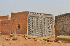 vilarejo africano: construções de baixa altura feitas de adobe são enfeitadas com pinturas 100% natural para se diferenciar das casas das pessoas comuns e sobressair como residências nobres.
