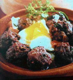 Dalla tradizione marocchina il gusto della carne incontra il sapore rotondo delle uova e il colore delle spezie in questo tajin di polpette alle uova.