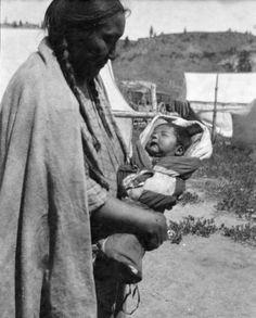Женщина Шайенов держит ребёнка. 1922-1935 гг.
