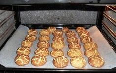 Estes biscoitos ou bolinhos são uma verdadeira perdição Ingredientes: 300g de farinha 125g de manteiga á temperatura ambiente 100g de açúcar 1 ovo canela em pó q.b. Amasse bem todos os ingredientes, á excepção da canela, até formar uma massa homogénea. Faça pequenas bolinhas com as mãos, passe as bolinhas por canela e disponha num …