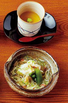 """Recovery: Japanese Style 気鋭の新店で""""八寸""""に酔う──夏の疲れたカラダには日本料理が沁みる 乃木神社にほど近い赤坂の地に誕生した「乃木坂 しん」。銀座の星つき有名料理店の料理長を務めた石田伸二さんが、待望の独立を果たした一軒に、鼻の利く食通たちが早くもこぞって通い始めている。 藁で炙った後、皮目に塩と山葵を添えた鳴門の鯛のたたきは、石田さんの代表作。ほかに、小茶碗蒸しや糝薯のお椀、蟹あんかけなど、食材の純粋な美味しさを信条に作る。  乃木坂 しん 昼は¥5,000〜¥15,000、夜は¥15,000〜¥20,000 東京都港区赤坂8-11-19 エクレール乃木坂1F Tel. 03-6721-0086 営12:00~13:00LO、18:00~21:30LO 不定休  http://gqjapan.jp/life/restaurant-bar/20160929/recovery-japanese-style#pages/2"""
