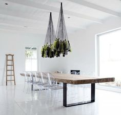 uau... vine glass chandelier / natural wood table with iron base, and acrilic chairs - PERFEITO!!!