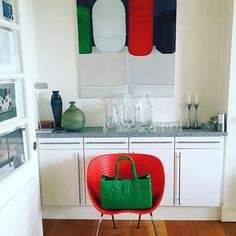 Sitting Pretty :) #GreatBagLife // This is #GreatBagCo #ModelM #Emerald #Gorgeous and #Green in a #GreatKitchen with #GreatArt all the way from #Dublin #Ireland // a @robertverdi project // #GreatBag // #Swing one today! http://greatbag.co/