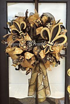 Wreath Crafts, Diy Wreath, Wreath Ideas, Wreath Burlap, Saints Wreath, Fundraiser Baskets, Mesh Ribbon Wreaths, Mardi Gras Wreath, Sports Wreaths