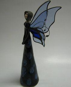 Víla Nicoletta Keramická soška víly vysoká22 cm, křídla jsou vyrobena jako vitráž z barevného skla a zapuštěna a upevněna do víly. Jedná se o unikátní spojení dvou řemesel. Signováno zn. Elfia. Vlastní návrh. Respektujte, prosím, autorská práva. Děkujeme.