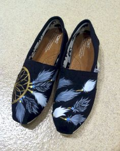 Toms shoes have become an essential fashion part of many women's wardrobes. Toms shoes help to stay in style. Shoes Reference, Drawing Reference, Moda Fashion, Girl Fashion, Fashion Outfits, Fashion Spring, Fashion Men, Fashion Trends, Mocassins