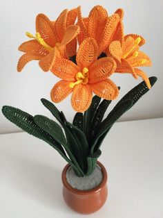 For many months its long and beautiful leaves guard the extraordinary beauty of the flowers that unfortunately bloom only once a year. How to crochet a Clivia Crochet Leaf Patterns, Crochet Leaves, Crochet Motif, Crochet Flowers, Beaded Flowers, Diy Flowers, Evergreen Flowers, Crochet Bouquet, Crochet Cactus