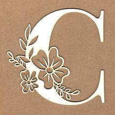 Letra inicial floral - C Paper Lace, Paper Flowers, Stylo 3d, Art Quilling, Alphabet Letters Design, Cricut Craft Room, Floral Letters, Cricut Tutorials, Stencil Art