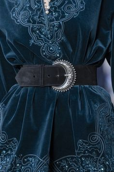 Etro at Milan Fashion Week Spring 2020 - Details Runway Photos Fashion Week, Look Fashion, Runway Fashion, High Fashion, Womens Fashion, Fashion Design, Milan Fashion, Steampunk Fashion, Gothic Fashion