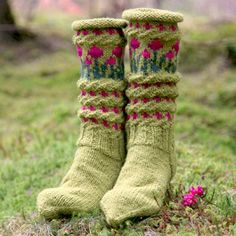 Nice spring or summer socks for late outdoor summer evenings. Diy Knitting Socks, Knitted Boot Cuffs, Knit Boots, Knitted Slippers, Crochet Slippers, Hand Knitting, Knitted Hats, Knit Crochet, Crazy Socks