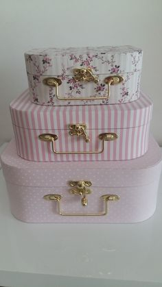 DIY Country Bathroom Decor Ideas Perhaps you think of home improvement work and think that such projects are beyond your capabilities. Chabby Chic, Shabby Chic Pink, Shabby Chic Decor, Shabby Chic Bathrooms, Decoupage Suitcase, Decoupage Vintage, Cute Suitcases, Vintage Suitcases, Altered Boxes