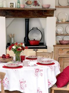 Vicky's Home: Inspiración en blanco y rojo / Inspiration in black and red Red Cottage, Cozy Cottage, Cottage Style, Aga Kitchen, French Kitchen, Kitchen Ideas, Cosy Kitchen, Rustic Kitchen, Kitchen Inspiration