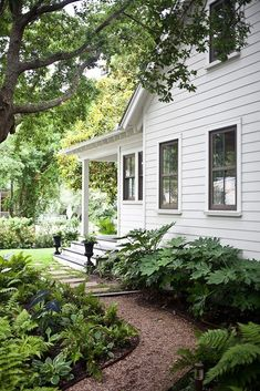 Great front yard landscaping ideas can transform your home's curb appeal. Your front yard design can greatly impact the way your home looks from the outside.