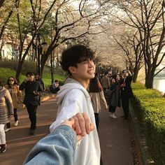 Find images and videos about love, couple and korean on We Heart It - the app to get lost in what you love. Mode Ulzzang, Korean Boys Ulzzang, Cute Korean Boys, Ulzzang Boy, Relationship Goals Pictures, Cute Relationships, Cute Couples Goals, Couple Goals, Couple Photography
