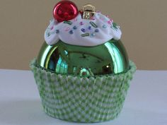 Cupcake ornaments::need to make a set of six for Aubs next year - And make one a New year's Cupcake ornament. Ornament Crafts, Diy Christmas Ornaments, Christmas Projects, Holiday Crafts, Christmas Decorations, Tree Decorations, Christmas Ideas, Noel Christmas, Christmas Balls
