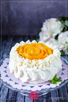Tort z brzoskwiniami - #przepis na najlepszy tort brzoskwiniowy z kremem z bitej śmietany i mascarpone, z dodatkiem malinowego dżemu. W środku jasny biszkopt - koniecznie wypróbujcie ten przepis na #tort :). #torty #birthdaycake #brzoskwinie #brzoskwinia #torcik #wypieki #urodziny #przepisy Pavlova, Vanilla Cake, Cooking, Food, Ideas, Decorating Cakes, Recipes, Deserts, Mascarpone
