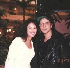 Selena Chris posing with a fan .about a month before she died:( Selena Quintanilla Perez, Selena And Chris Perez, Mundo Musical, Jackson, Daddy Yankee, Celebs, Celebrities, Role Models, Beyonce