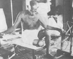 Ghandi at his spinning wheel Spin Me Right Round, Hippie Skirts, Famous Men, Hand Spinning, Fiber Art, Vintage Photos, Books To Read, Weaving, Knitting
