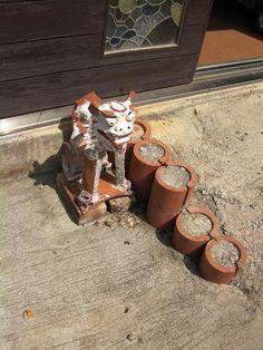 沖縄の旅 -1- : 器と珈琲 Lien~りあん~ 読谷村にある稲嶺さんの工房を訪ねてみました。  工房前では、シーサーが出迎えてくれています。