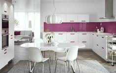 Cucina bianca con maniglie rosa integrate e piani di lavoro bianchi. Cappa, forno e forno a microonde in acciaio inossidabile – IKEA