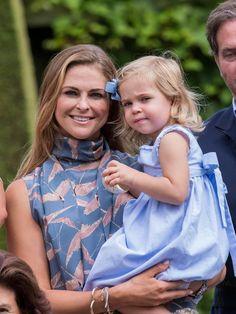 Schwedische Königsfamilie: 17. Juli 2016 Eine hübscher als die andere: Prinzessin Madeleine trägt ihre kleine Tochter Leonore auf dem Arm. Die ganze Königsfamilie befindet sich gerade auf Schloss Solliden in Borgholm.