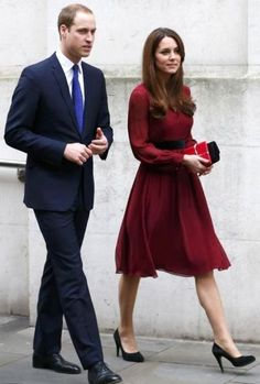 Kate Middleton and Prince William were at the National Portrait Gallery to unveil the first official portrait of the Duchess of Cambridge Prince William And Catherine, William Kate, Duke And Duchess, Duchess Of Cambridge, Style Kate Middleton, Duchesse Kate, National Portrait Gallery, Princess Charlotte, Royal Fashion