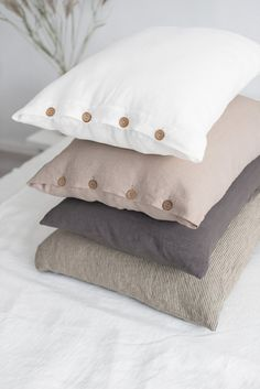 Throw pillows are comfy and can really spruce up your space - Gregory Sewing Pillows, Diy Pillows, Linen Pillows, Linen Bedding, Pillows On Bed, Draps Design, Cushion Covers, Pillow Covers, Pillow Cover Design