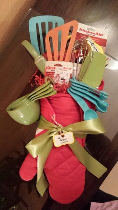 Kitchen utensils gift basket 63 Ideas for 2019 Easy Gifts, Creative Gifts, Homemade Gifts, Cool Gifts, Raffle Baskets, Diy Gift Baskets, Kitchen Gift Baskets, Kitchen Towel Cakes, Creative Gift Baskets
