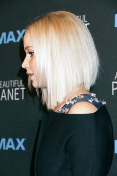 """""""Jennifer Lawrence attends the New York premiere of 'A Beautiful Planet"""" Medium Layered Hair, Medium Hair Cuts, Medium Hair Styles, Short Hair Styles, Thin Hair Cuts, Thick Hair, Jennifer Lawrence Pics, Hair Knot, Bob Hairstyles"""