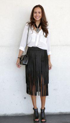 Falda de flecos, camisa y botines, bolso cadena