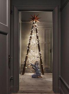 arbre de noel fantastique fait avec une échelle en bois et jolies boules blanches