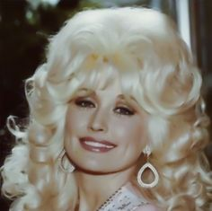 Aretha Franklin, Sarah Vaughn, Peggy Lee and Roberta Flack honor Duke Ellington in Dolly Parton Wigs, Dolly Parton Young, Vintage Glamour, Vintage Beauty, Dolly Parton Quotes, Dolly Parton Pictures, Celebs, Celebrities, Beautiful People