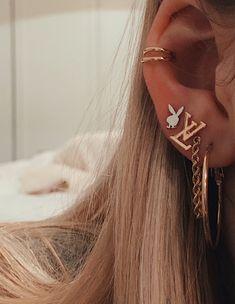 Dainty Diamond Earrings in Solid Gold / Chevron Earrings / V Stud Earrings / Delicate Diamond Studs / Graduation Gift - Fine Jewelry Ideas Piercing Face, Pretty Ear Piercings, Ear Peircings, Tongue Piercings, Cartilage Piercings, Piercings Bonitos, Ear Jewelry, Cute Jewelry, Jewelry Accessories