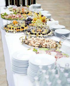 Ako sa popasovať s pohostením na recepcii. Table Settings, December, Table Decorations, Home Decor, Alcohol, Decoration Home, Room Decor, Place Settings, Home Interior Design