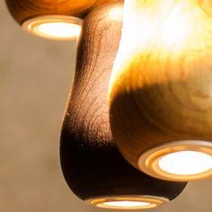 Krools Babula Pendelleuchte S3 - Inspiriert von der russischen Holzpuppe Matrioschka, verbindet diese Leuchte Tradition und Modernität. Die formvollendete Lampe ist Teil des innovativen Lichtkonzeptes von Krools und vermitteln ein einzigartiges, heimisches Gefühl. Die minimalistische Gestaltung mit ihrer weichen, weiblichen Silhouette, durchströmt jeden Raum mit sanftem Licht.