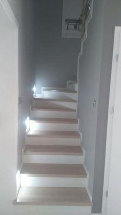 Wnętrza, Przedpokój i schody - Mały wiatrołap 2 m na m i wąska klatka schodowa Traditional Staircase, Modern Staircase, Staircase Design, Loft Stairs, House Stairs, Living Room Decor On A Budget, Living Room Designs, Stairs Skirting, Stair Renovation