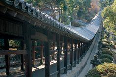 Kibitsujinja Shrine - A shrine with close ties to the legend of Momotaro featuring an impressive 360 m long corridor Okayama, Yamaguchi, Sakura, Win A Trip, Japanese Culture, Light Shades, Japan Travel, Brooklyn Bridge, Architecture Design