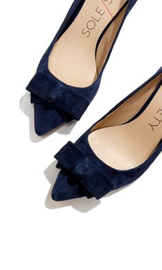 Zapatos de mujer - Womens Shoes - Classic mid heel pumps with a charming bow and pointed toe. Pretty Shoes, Beautiful Shoes, Crazy Shoes, Me Too Shoes, Keds, Fashion Shoes, Fashion Accessories, Blue Suede Shoes, Velvet Shoes
