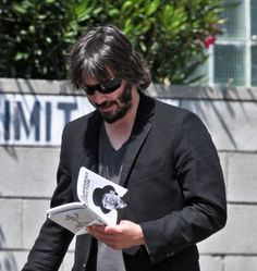 Keanu Reeves Photos Photos - Actor Keanu Reeves out with a new mystery girl and a book in Los Angeles. - Keanu Reeves Out With A New Mystery Girl In Los Angeles Keanu Reeves, Keanu Charles Reeves, Celebrities Reading, Guys Read, Cinema, Book People, Reading People, Pictures Of People, Actors
